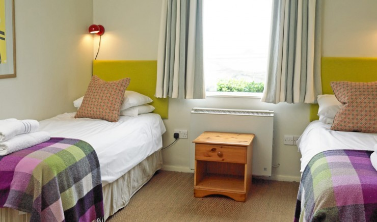 Twin bedroom at Cornish holiday cottage Shearwater in Mullion